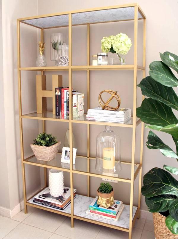 красивый золотой шкаф для декоративных мелочей