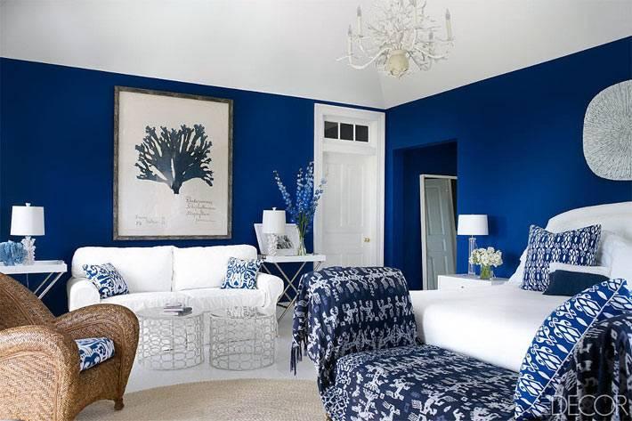 насыщенный синий цвет комнаты с белой мебелью