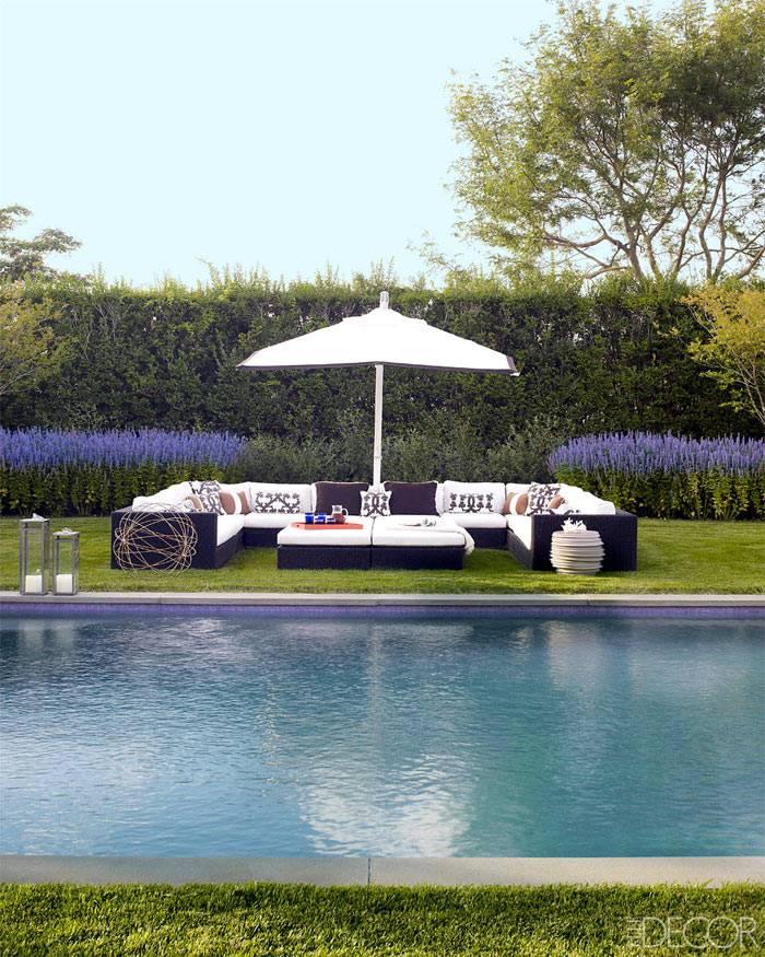 красивый дом с бассейном на берегу озера фото