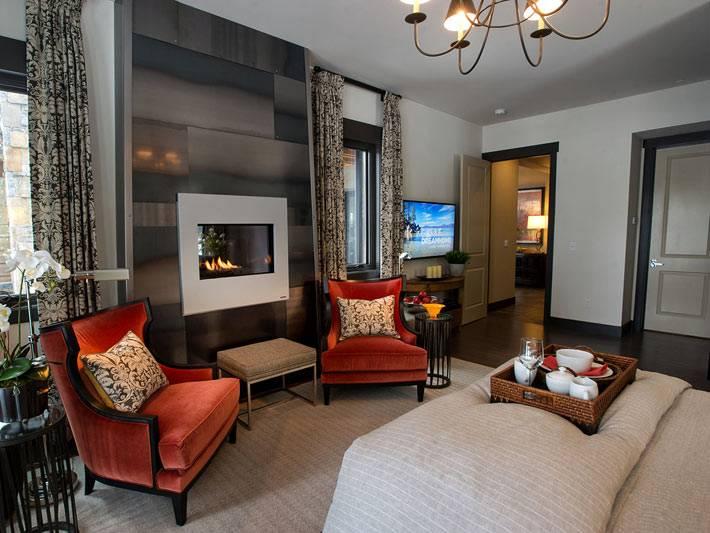 спальня с камином и красными креслами фото