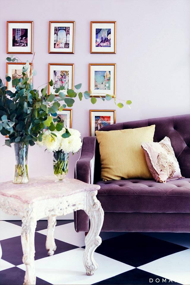Фиолетовый диван в красивом интерьере дома