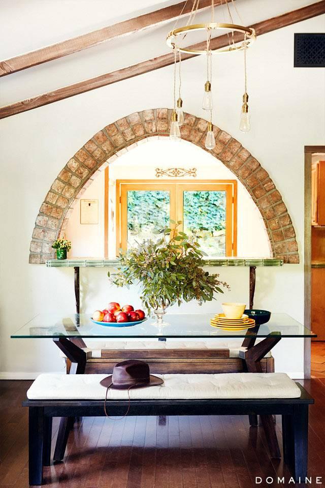 Полукруглый оконный проем в интерьере кухни