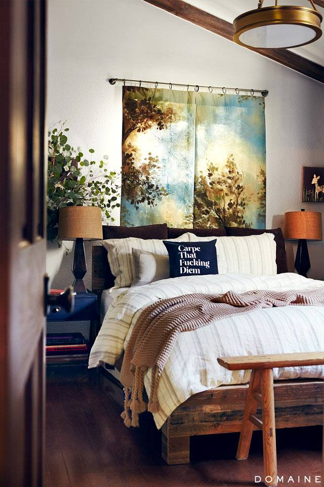 Массивная деревянная кровать в интерьере спальни