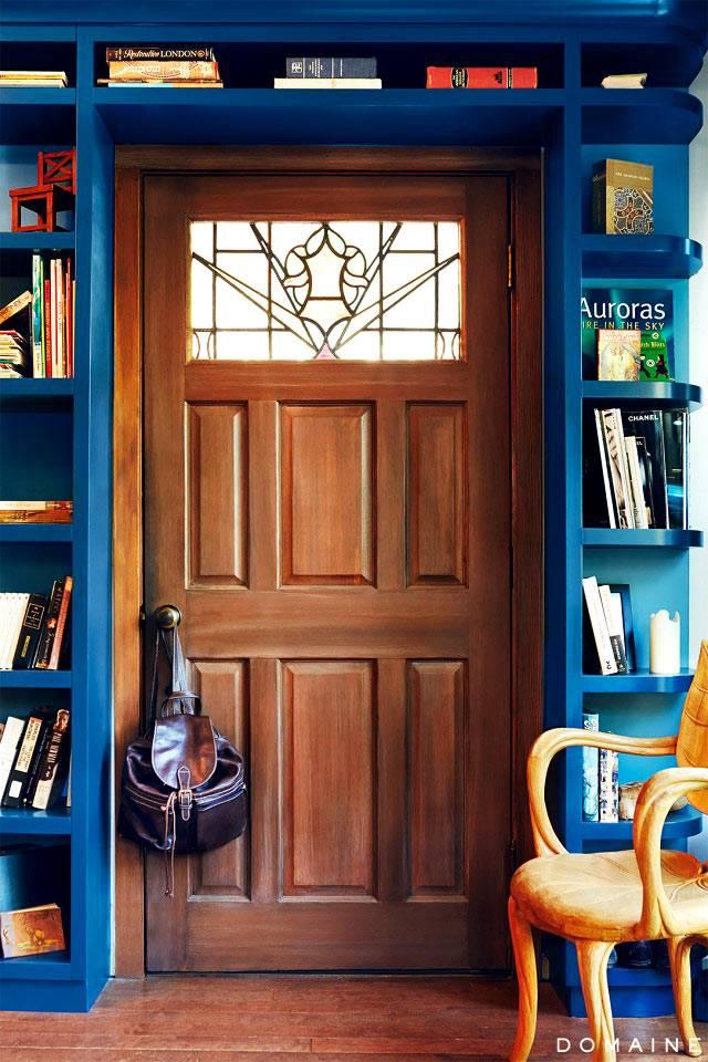 синие книжные полки фото
