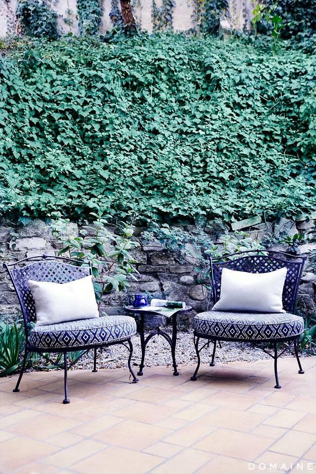 Уютный двор с кованой мебелью и мягкими подушками