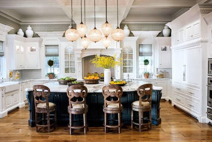 подвесные хрустальные люстры в кухне от jeff andrews design