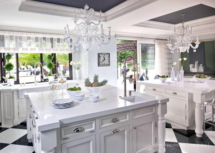 белая кухня с черным потолком в работе дизайнера Jeff Andrews