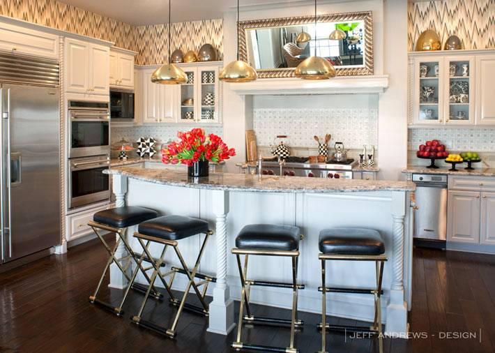 интерьер кухни с барной стойкой и черными барными стульями