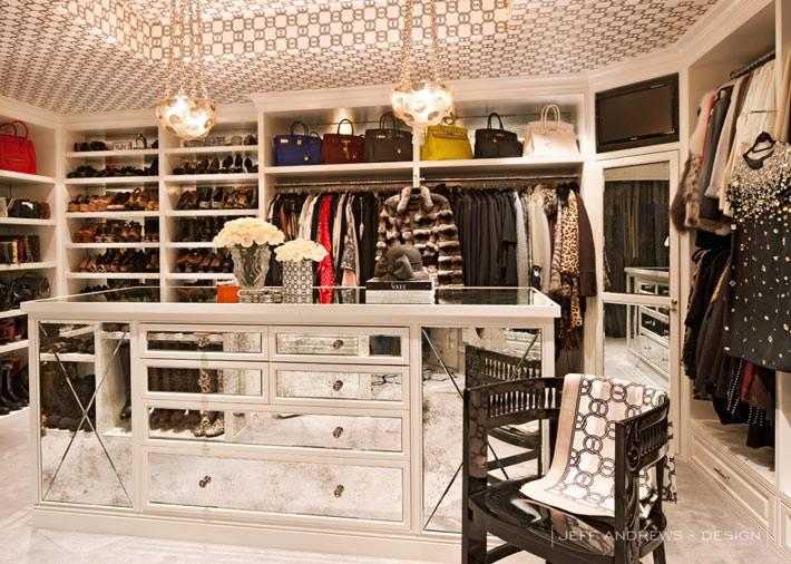 зеркальный остров в центре гардеробной комнаты