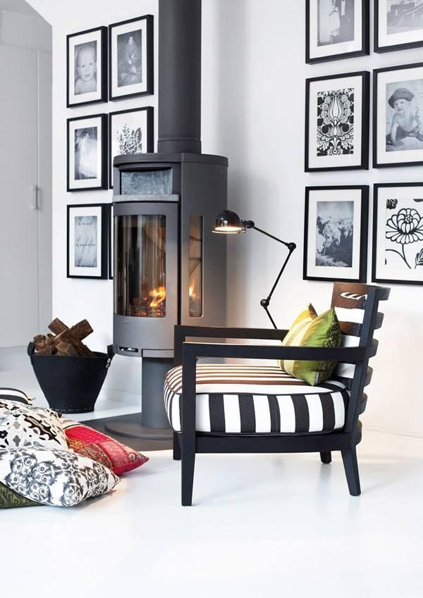 Черно-белый интерьер квартиры с черным камином