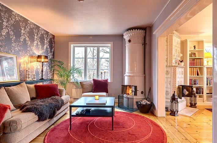 Камин-печь в интерьере гостиной квартиры