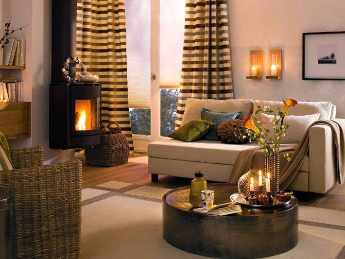 Уютный интерьер квартиры с камином