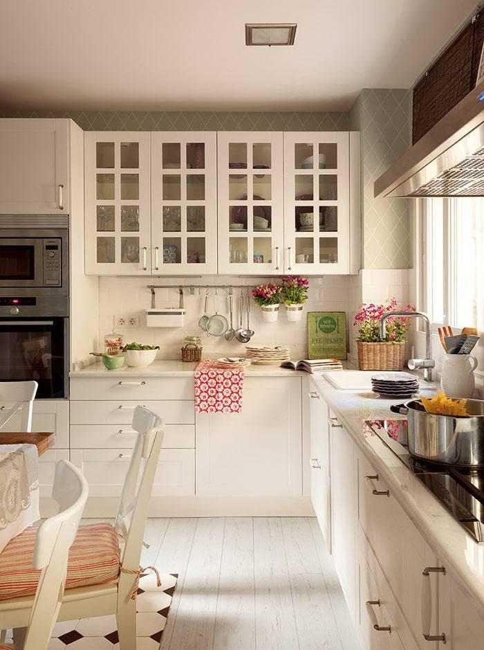 красивый интерьер кухни с раковиной перед окном