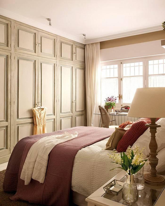встроенный шкаф во всю стену в дизайне интерьера спальни фото