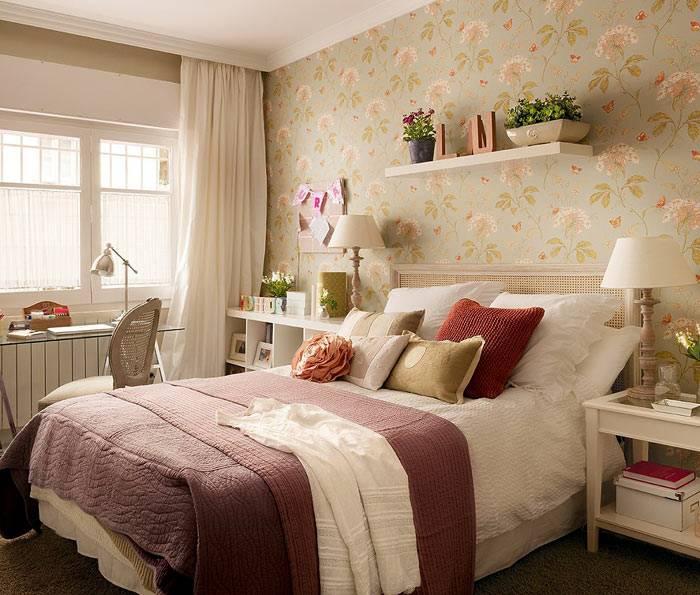 бледные обои в цветочек на акцентной стене в спальне