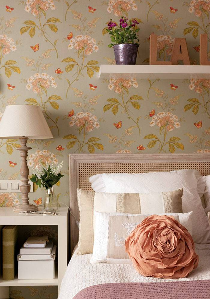небольшая полочка над кроватью с цветочным горшком