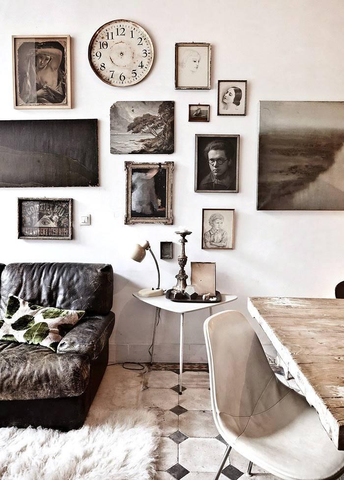 Состаренные рамы картинна стенах квартиры