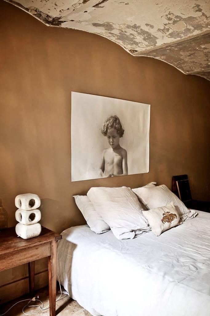 Интерьер спальни в винтажном стиле с необычным потолком фото