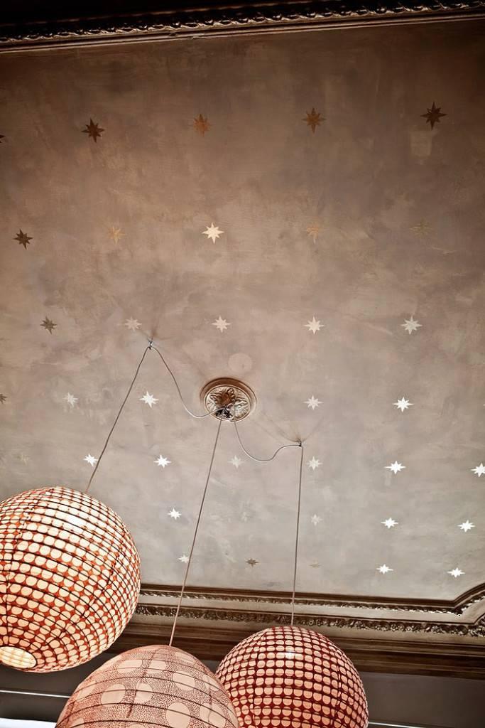 Очень красивый потолок со звездами