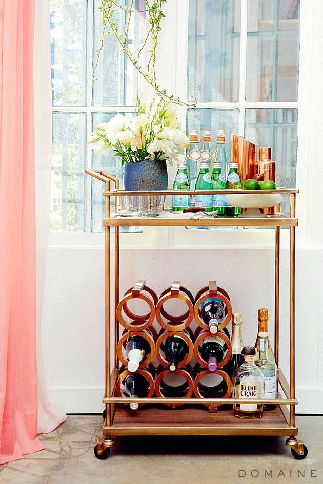 мини бар на латунном столике в интерьере студии фото