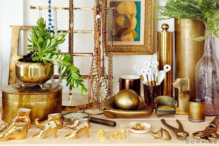 золотые аксессуары в декоре интерьера рабочего офиса