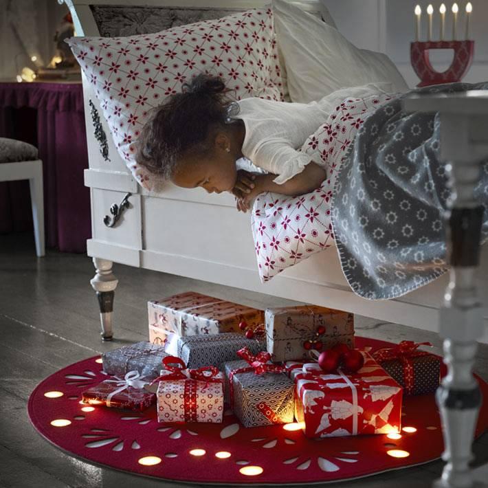новогодние подарки под детской кроваткой