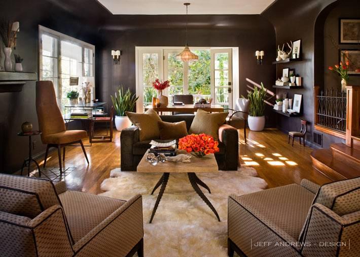 Дизайн дома с темными стенами от Jeff Andrews
