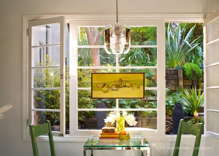 Большие окна в интерьере дома в Лос-Анджелесе