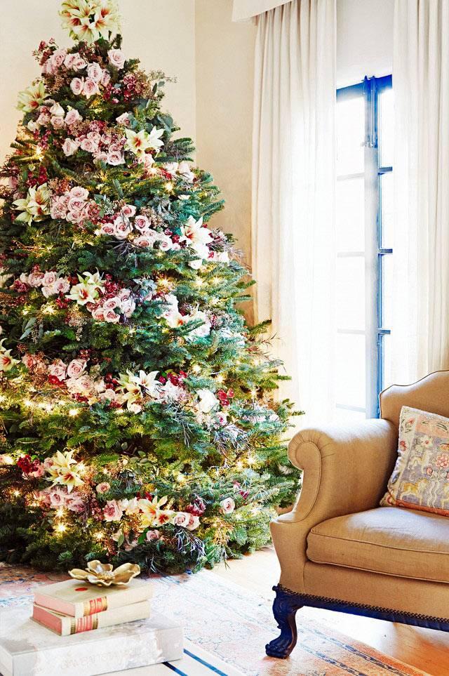 Элегантный декор елки цветочными гирляндами