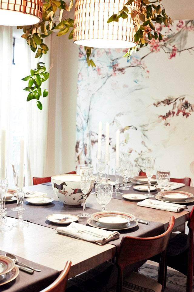 Праздничный новогодний декор стола красивой посуды фото