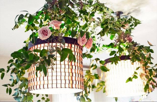 цветы в украшении люстры в доме фото