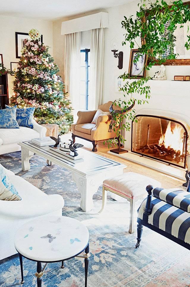 красивый новогодний интерьер гостиной с ёлкой и камином