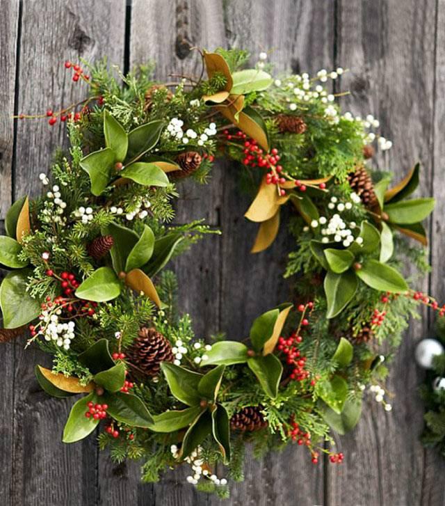 Новогодний венок из свежих листьев и шишек