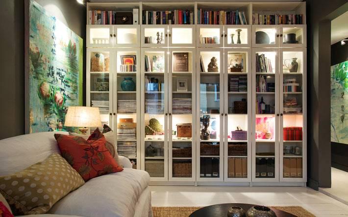 большой белый шкаф до потолка с подсветкой для книг