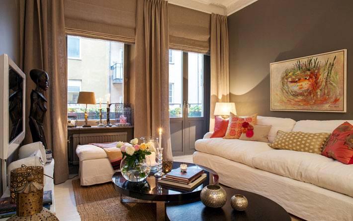 белый диван и серые стены в маленькой гостиной комнате