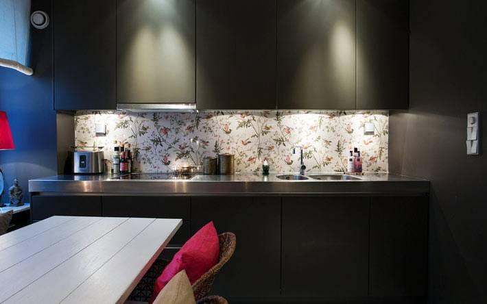 черные фасады кухонной мебели и белый фартук в цветочек