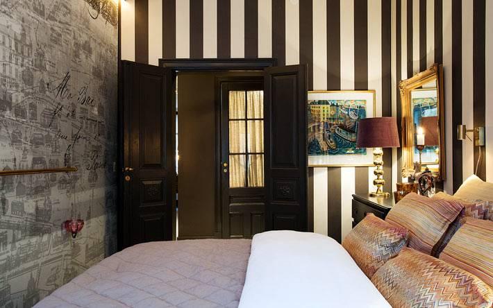 обои в черно-белую полоску на стенах взрослой спальни