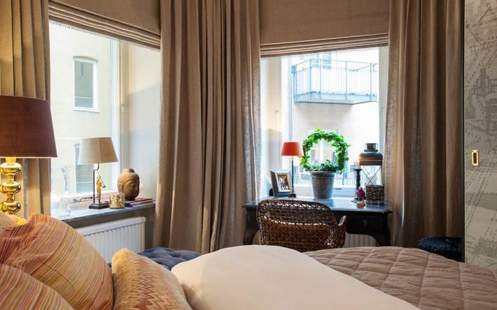 уютный интерьер спальни с письмнным рабочим столом фото