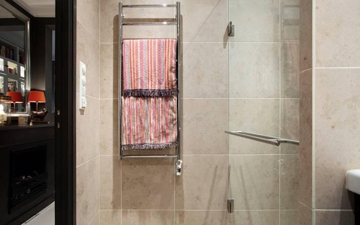 светлый бежевый интерьер ванной в темной квартире