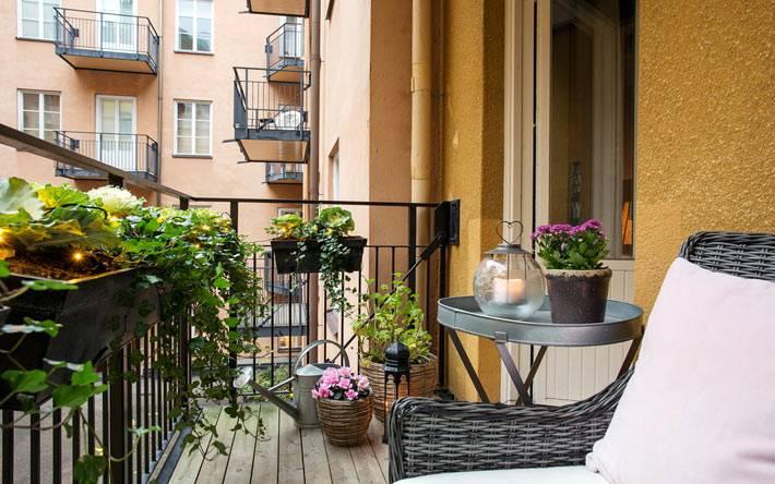 квартира в Швеции с уютным балконом с цветами