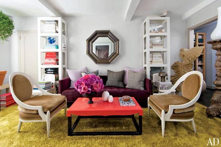 Красивая гостиная комната с симметричной расстановкой мебели