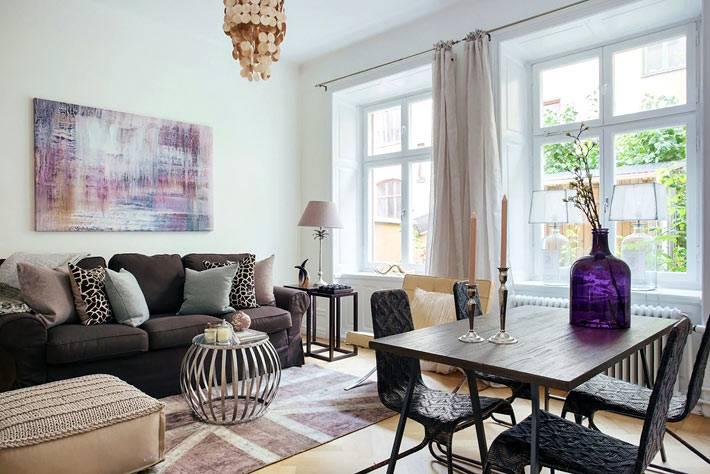 Асимметричная расстановка мебели в интерьере гостиной комнаты