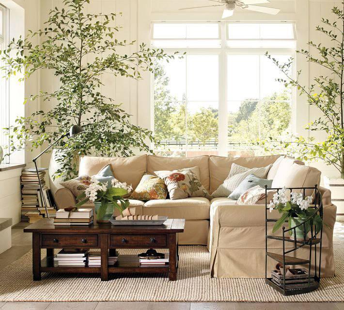 Угловой диван создает асимметрию в интерьере