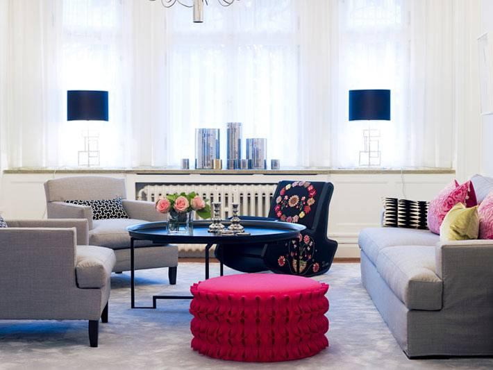 Круговой способ расположения мебели в интерьере гостиной комнаты