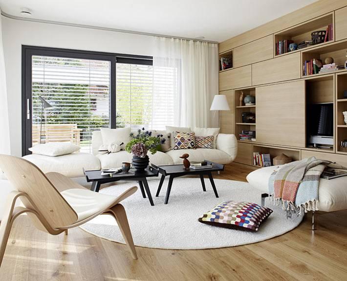 Уютный дизайн гостиной комнаты с круговым расположением мебели