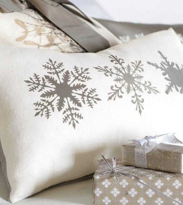 новогодняя подушка со снежинками фото