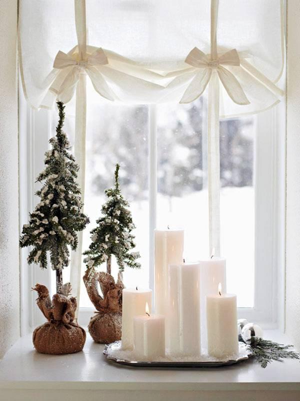 Белые свечи на окне - новогодний декор
