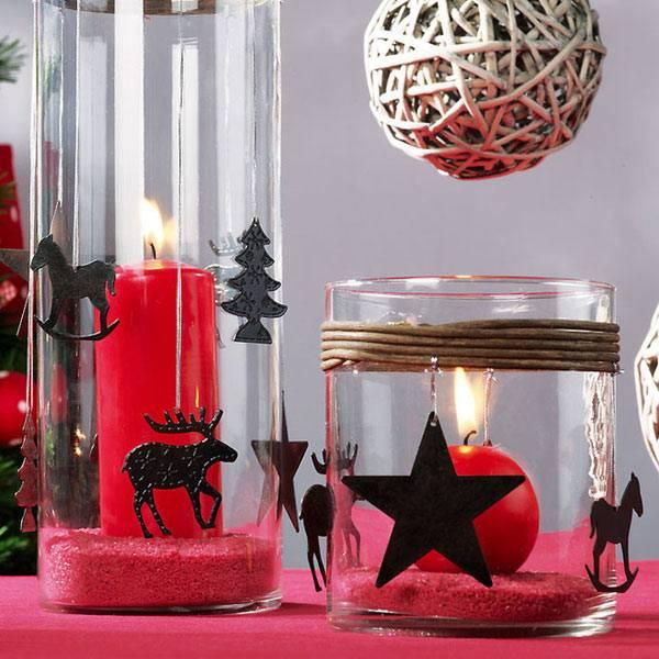 красные новогодние свечи в стеклянных вазах