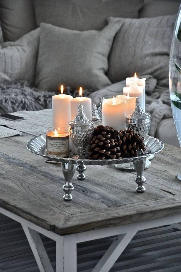 Новогодняя композиция из свечей и шишек фото