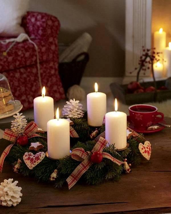 Новогодний венок как подставка для белых свечей